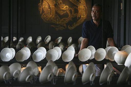Wachmann vor dem 1.000 Jahre alten Porzellan Foto-Quelle: Jakarta Post