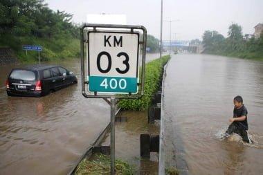 Eine Autobahn in Süd-Jakarta steht 70 cm unter Wasser Foto-Quelle: Jakarta Post
