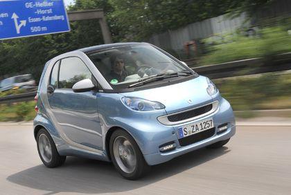 Den smart fortwo, den es auch als Cabrio gibt, bietet ein großes Angebot an Modellen und Varianten, das eine möglichst breite Kundschaft ansprichen soll. Foto: unitedpictures/auto-reporter.net