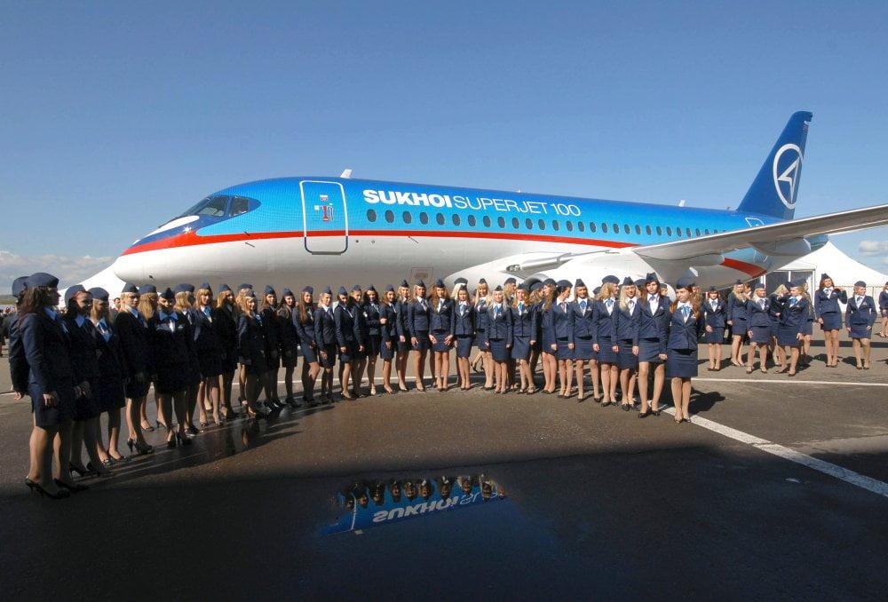Der ganze Stolz Russlands: Ein Superjet 100, eingerahmt von Flugbegleiterinnen. (Foto: REUTERS) Foto-Quelle: ntv.de