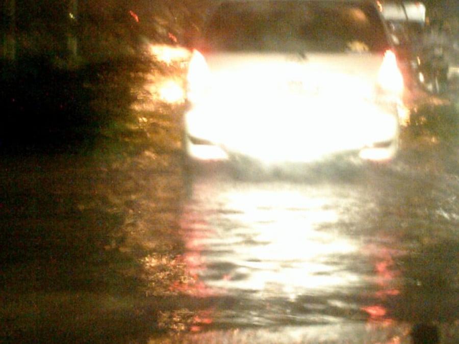 Über 30 cm stand das Wasser in West Jakarta auf den Strassen