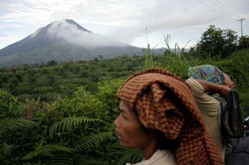 Besorgte Anwohner schauen in Richtung des Vulkan´s Fotoquelle: Jakarta Post