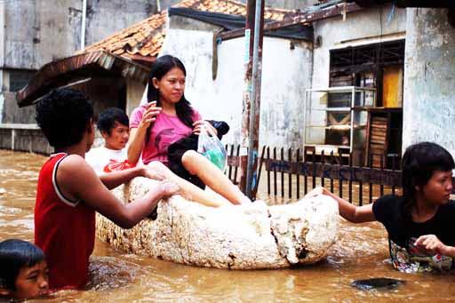 Eine Schwangere Frau wird in Süd Jakarta vor den Wasserfluten gerettet Fotoquelle: Jakarta Post