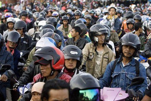 Der Exodus, tausende von Motorradfahrern verursachen einen Stau vor einem Fährterminal Fotoquelle: Jakarta Post