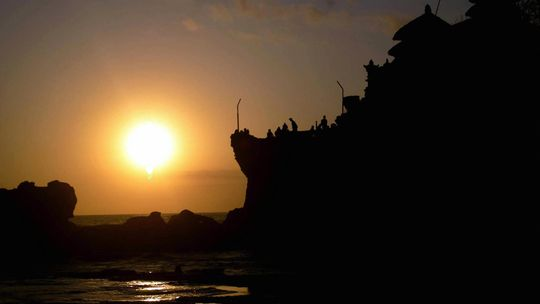 Der Tempel Tanah Lot bei Sonnenuntergang © STR/AFP/Getty Images Fotoquelle: zeit.de