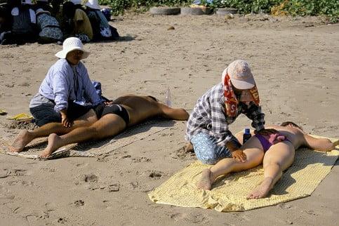 Der Süden Balis ist touristisch inzwischen stark erschlossen. In Seminyak und dem unmittelbar benachbarten Legian könne sich Urlauber am Strand von Einheimischen massieren lassen... Foto: PA Fotoquelle: welt.de