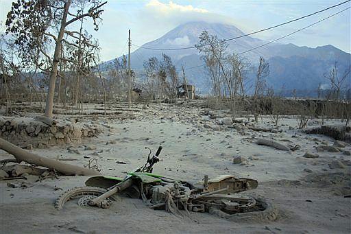 Mehr als 20 cm bedeckt die Asche die Obwerfläche Fotoquelle: Jakarta Post