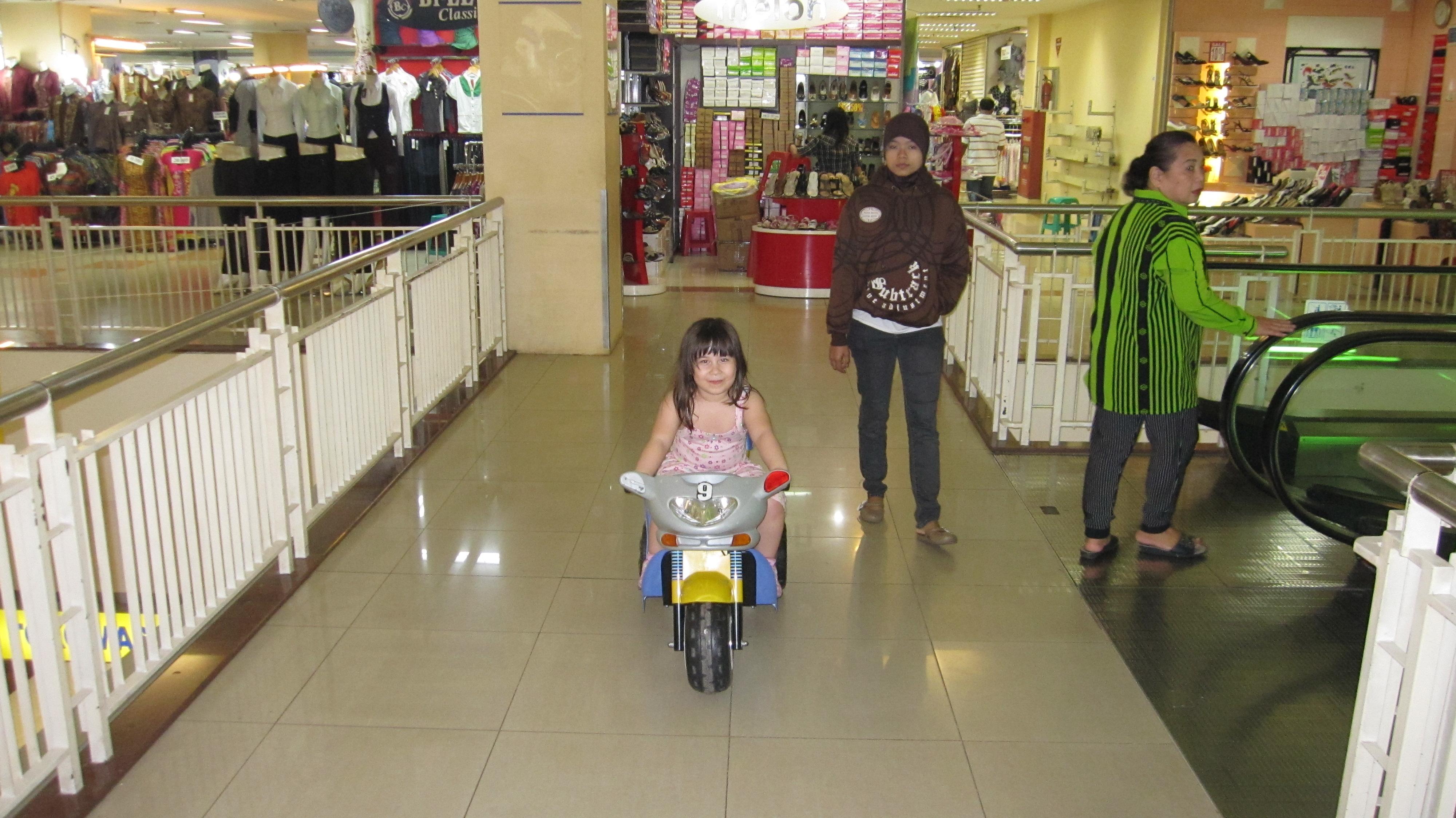 Sarah beim Electro Motorad fahren im ITC BSD-City