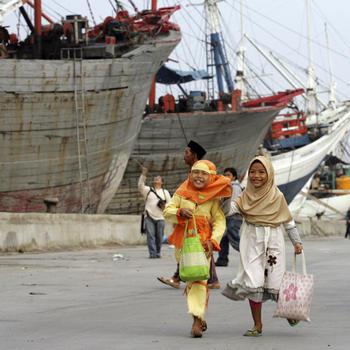 Kinder im Hafen von Jakarta: Indonesiens Wirtschaft konnte die FInanzkrise fast unbeschadet überstehen. Quelle: dapd Fotoquelle: handelsblatt.com
