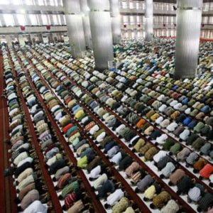 Indonesische Männer in einer Moschee in Jakarta: Weltweit hat der Inselstaat die größte muslimische Bevölkerung. Quelle: dpa Fotoquelle: handelsblatt.com