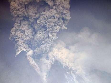 Eine Säule von 20 Kilometern Höhe: So weit schleudert der Vulkan Merapi Asche, Gase und Gestein in die Atmosphäre Foto: dpa Fotoquelle: bild.de