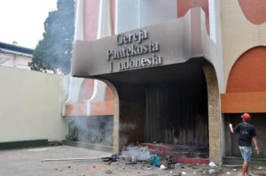 Der Eingang einer Kirche, die der wütende Mob in Brand steckte AFP Fotoquelle: focus.de