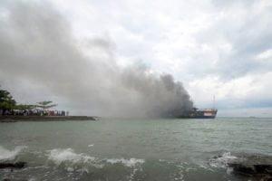 Schaulustige starren auf die brennende Fähre vor der indonesischen Hafenstadt Merak. Mindestens 13 Menschen sind bei dem Brand ums Leben gekommen Fotoquelle: stern.de