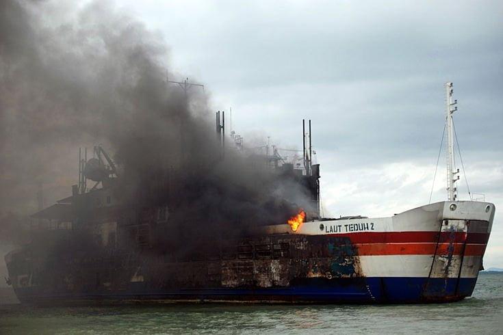 Das Schiff verkehrte zwischen den Inseln Java und Sumatra. Die Ursache des Unglücks ist noch nicht geklärt, Augenzeugen wollen gesehen haben, wie ein LkW-Fahrer eine brennende Zigarettenkippe auf den Boden geworfen hat Fotoquelle: stern.de