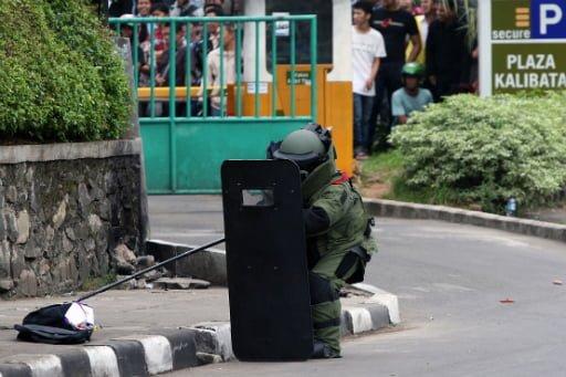 Ein Polizist der Jakarta Bomb Squad untersucht vor einem Einkaufszentrum eine verdächtige Tasche Fotoquelle: thejakartapost.com