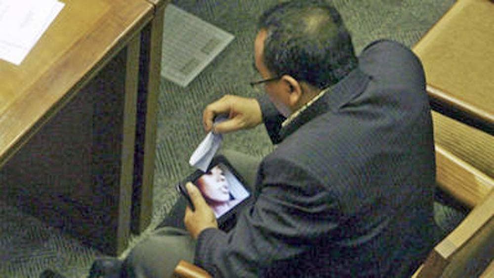 Abgeordneter Arifinto beim Ansehen des Sexvideos, das ihn mehr als nur sein Mandat kosten könnte. Foto: dapd Fotoquelle: focus.de