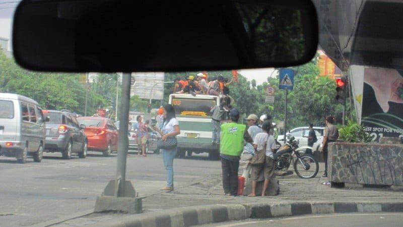 Ein Bus überladen, wo selbst auf dem Dach Passagiere platz nehmen