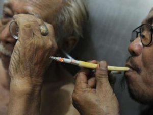 """Tabakrauch in Ohr und Haut gegen Krebs Ein Klinikmitarbeiter bläst """"göttlichen"""" Tabakrauch ins Ohr eines Patienten Foto: AFP Fotoquelle: bild.de"""