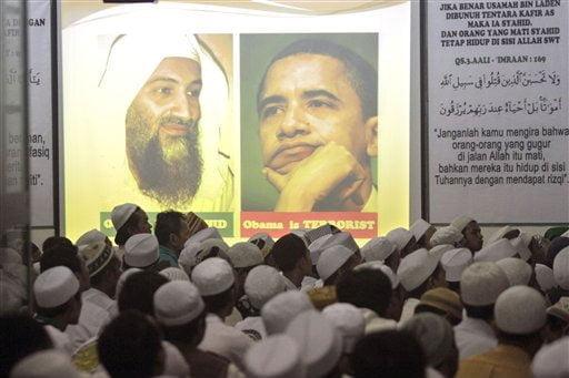 """Dieses Bild wurde am Mittwoch an die Leinwand projektziert. Deutlich zu erkennen """"Obama is Terrorist"""" Fotoquelle: Jakarta Post"""