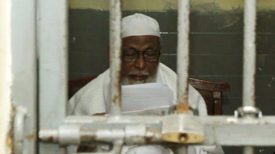 Der indonesische Islamistenführer Abu Bakar Bashir wartet in einer Zelle in Jakarta auf sein Gerichtsverfahren. (© REUTERS) Fotoquelle: sueddeutsche.de