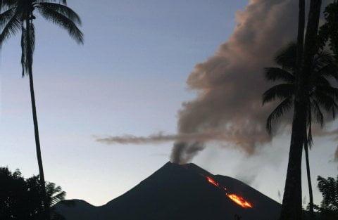 Der Vulkan Soputan spuckt Rauch und Gas. Foto: REUTERS Fotoquelle: fr-online.de