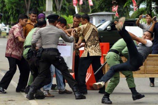 Übung im Vorfeld der Wahlen in Aceh Foto: Antara / Ampelsa Fotoquelle: Jakarta Post