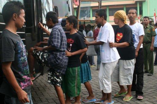 Bettler werden in Busse und LKW verladen und aus Jakarta entfernt (Antara / Daniel Ari Purnomo) Fotoquelle: Jakarta Post