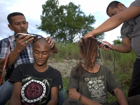 Einer Gruppe indonesischer Punks ist zwangsweise geschoren worden. Foto: Hotli Simanjuntak