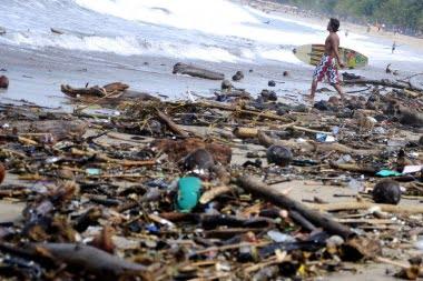 Nach Unwetter zugemüllter Strand in Kota / Bali Foto: (JP / Agung Parameswara). Fotoquelle: Jakarta Post