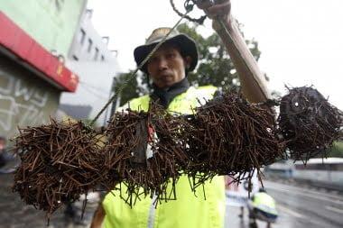 Ein Nägel Sammler von Jakarta hebt seine Tagesausbeute hoch Foto: JP / Wendra Ajistyatama Fotoquelle: Jakarta Post