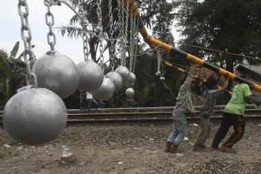 Aufbau der Antipersonenkugeln aus Beton Foto: (AP / Achmad Ibrahim) Fotoquelle: Jakarta Post
