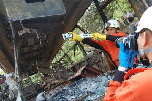 Der verunglückte Bus, wird von Spezialisten untersucht Foto: (Antara / Iggoy el Fitra) Fotoquelle: Kompas.com