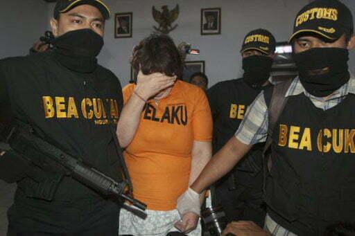 Die Britin nach der Verhaftung auf dem internationalem Flughafen in Jakarta Foto: (AP / Firdia Lisnawati) Fotoquelle: Kompas.com