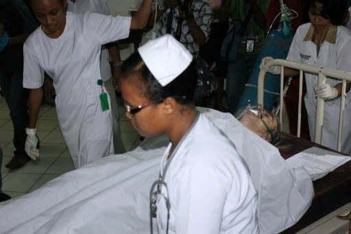 Das deutsche Opfer auf den Weg in den OP Foto: (JP / Nethy Dharma Somba) Fotoquelle: Jakarta Post