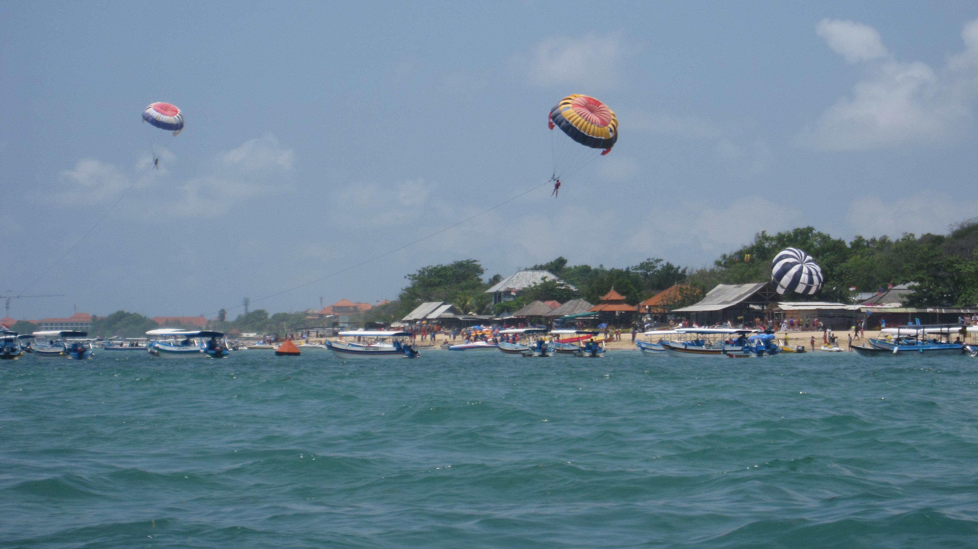 Am Strand kann man viele Wassersportarten buchen