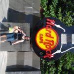 Wir vor dem Hard Rock Hotel in Bali