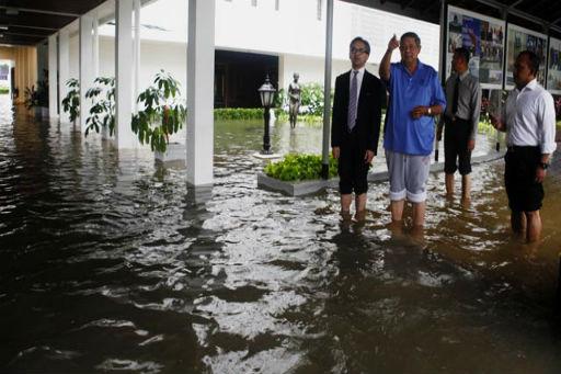 Auch der Präsident war von der Überflutung betroffen. (Mitte blaues Short)