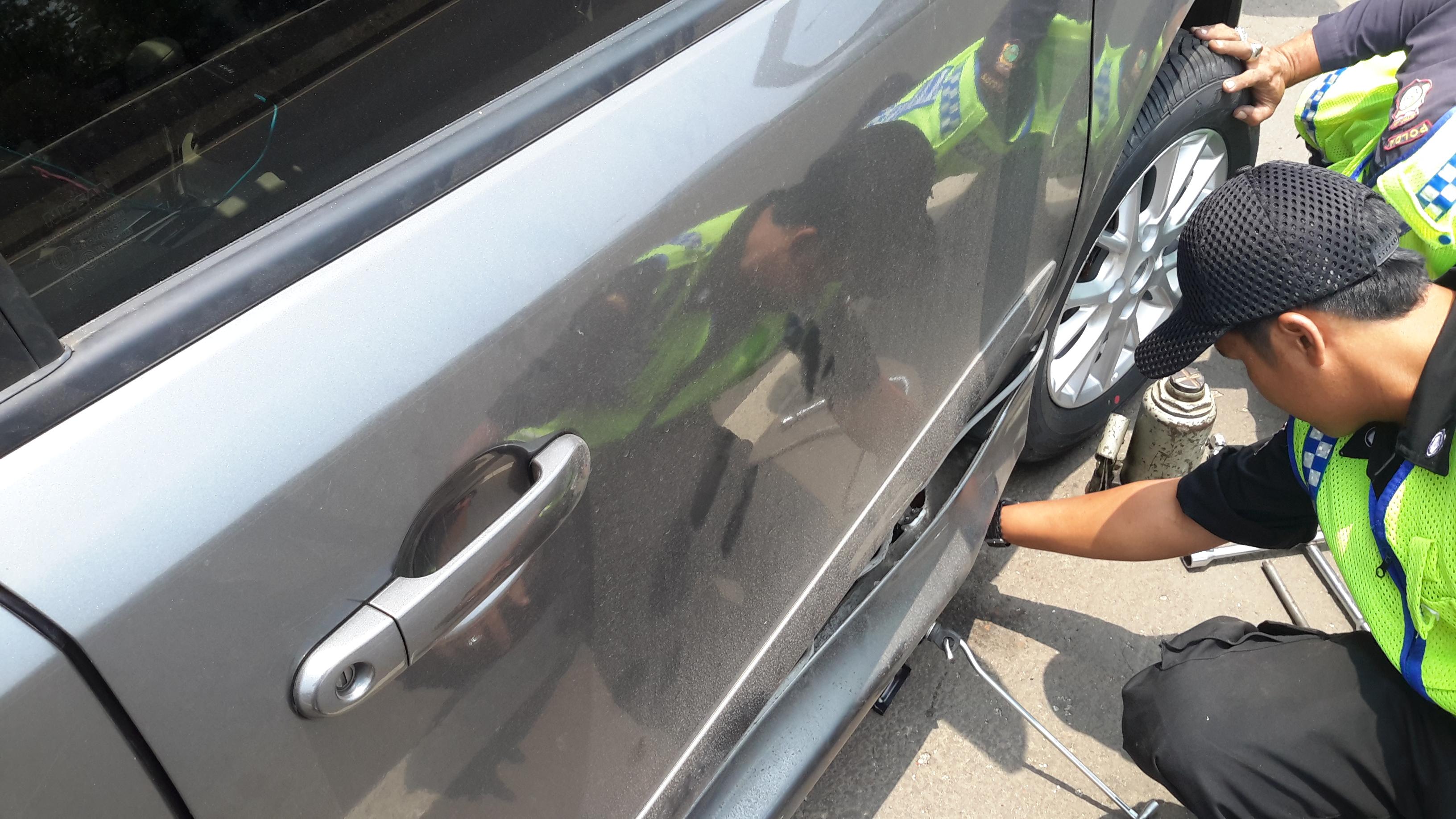 Indonesische Polizisten helfen bei der Reifenpanne