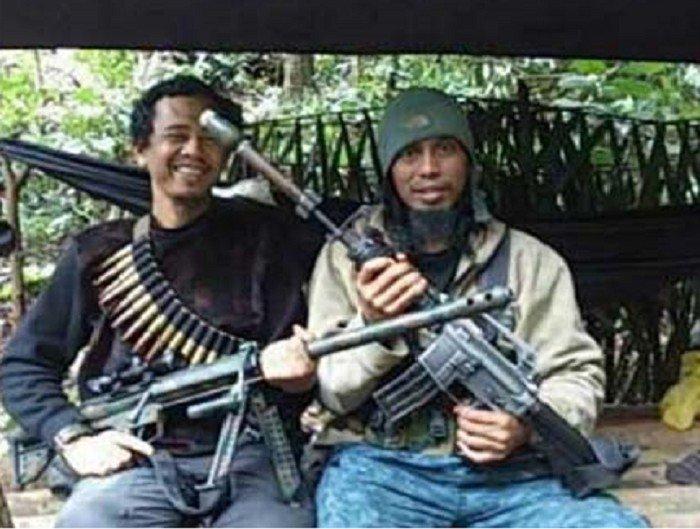 East Indonesien Mujahidin Terrorführer Santoso alias Abu Wardah (rechts) hält ein Gewehr, flankiert von seinem Vertrauten Basri aka Bagong. (Thejakartapost.com/Tinombala Betrieb Task Force)