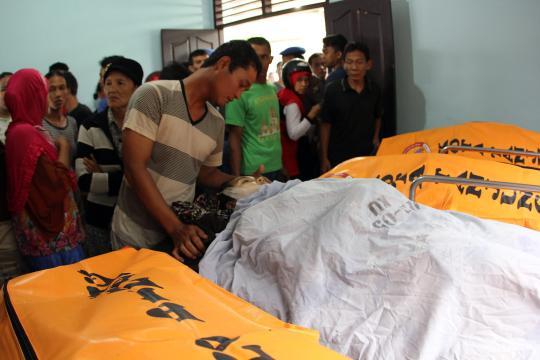 Touristenboot gekentert, Verwandte haben die traurige Aufgabe ihre Angehörigen zu identifizieren. Screenshot: http://www.nzz.ch (Bild: Keystone / EPA)