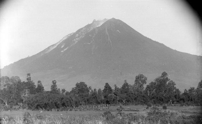 Sinabung - Aufnahme 1920 Fotoquelle. Wikipedia