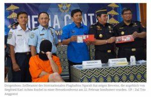 Beamte präsentieren sich lächelnd und feiern ihren angeblichen Erfolg / Screenshot Jakarta Post